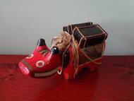 Japanse Houten Akabeko  Meiji / Begin Showa periode  Akabeko is een traditioneel speelgoed uit de Aizu regio van Japan . Het speelgoed is gemaakt van twee stukken van papier- mache bedekte hout , gevormd en beschilderd als een rode koe of os . Het hoofd en de nek hangt aan een koord en past in het holle lichaam . Als het speelgoed wordt verplaatst , beweegt het hoofd dus op en neer en van links naar rechts .  Aizu legende beweert dat het speelgoed is gebaseerd op een echte koe die leefde in de 9e eeuw en toonde zijn toewijding aan Boeddha en weigerde de tempel die mede door de abeko gemaakt was te vertrekken. De vroegste Akabeko speelgoed werd gemaakt in de late 16de of vroege 17de eeuw .  Akabeko speelgoed werd zeer populair in het bijgeloof om ziekten af te weren, dat bijgeloof blijft bestaan in de moderne tijd.