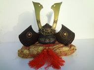 Genji Kabuto Japanse Samurai helm 3 Japan  Het is uit de Showa periode en de helm is gemaakt van ijzer.Het is een Genji Kabuto ,de helm wordt gebruikt voor display. Het is een originele Genji Kabuto uit Japan.  Inclusief kussen voor de Kabuto  Gemeten tot hoogste punt is 28.5 cm en 26 cm diameter.  Ongeveer 4 kilo