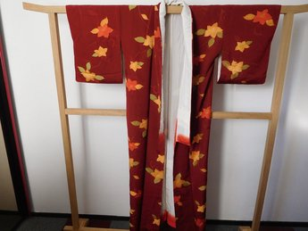 Traditionele Japanase Kimono donkerrood bloem