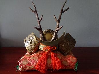Genji Kabuto Samurai helm   Het is uit de Showa periode en de helm is gemaakt van ijzer.Het is een Genji Kabuto ,de helm wordt gebruikt voor display. Het is een originele Genji Kabuto. Gemeten tot hoogste punt is 31 cm en 23 cm diameter.