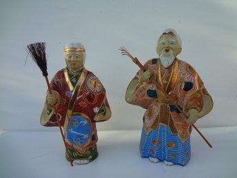 Japanse Kutani yaki Porseleinen Beeldjes Okina Takasago  Dit is een set van twee Kutani aardewerk porselein okimono standbeelden van het beroemde spel Noh genoemd Takasago. In de Japanse cultuur, zijn de Takasago personages het symbool van levensduur en echtelijke harmonie geworden